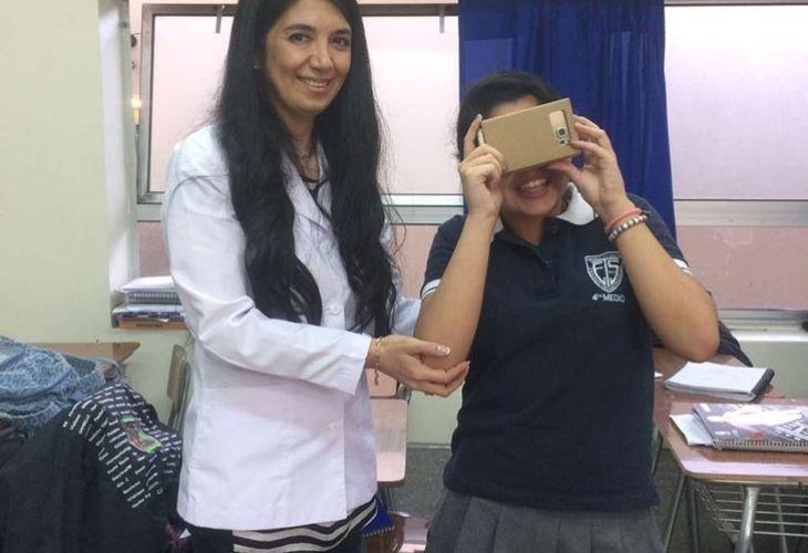 Karin y estudiante con realidad virtual