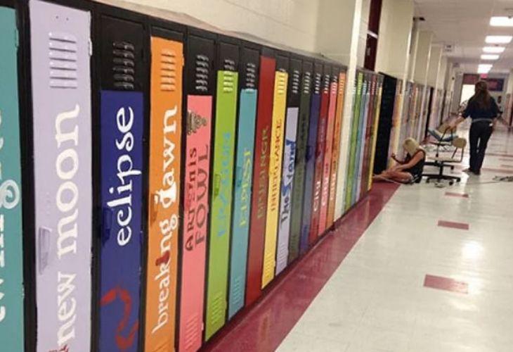 Lockers pintados como libros