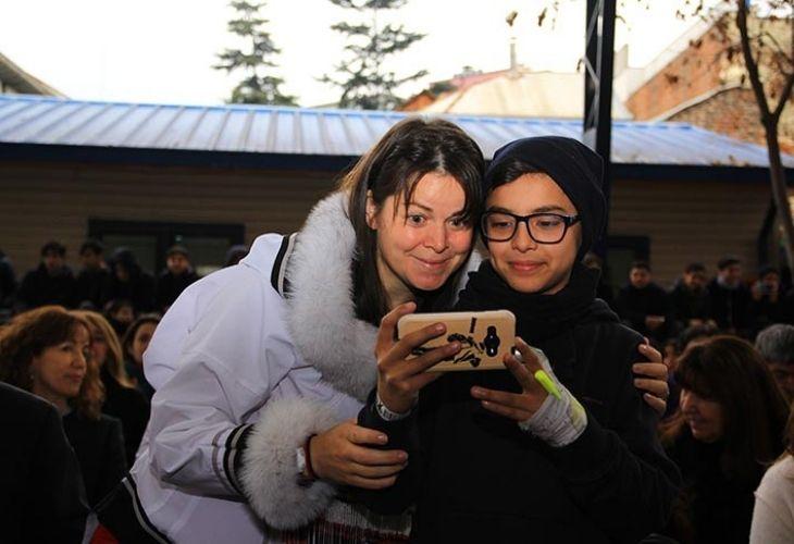 Maggie MacDonnell sacandose una selfie con estudiante chileno