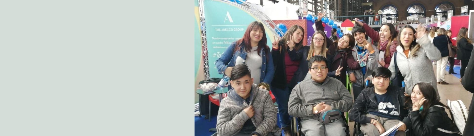 Marjorie junto al equipo PIE del colegio Jorge Huneeus, junto a sus estudiantes