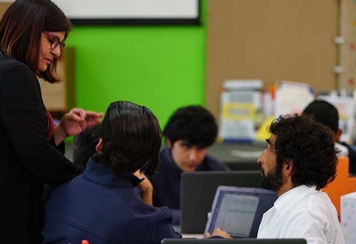 Pamela trabajando con sus estudiantes, fomentando el aprendizaje basado en proyectos