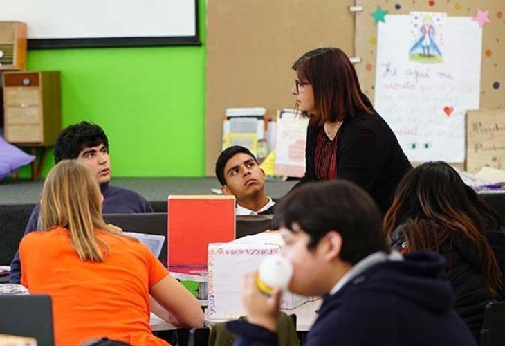 PAMELA explicando a sus estudiantes a través del ABP