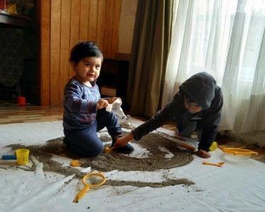 Foto donde dos niños trabajan la pedagogía reggio emilio con materiales de la casa y a distancia