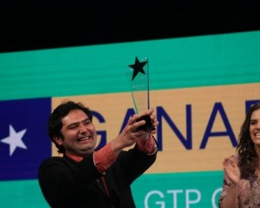 En la imagen se ve a Cristóbal, el nuevo ganador del GTP sosteniendo su trofeo