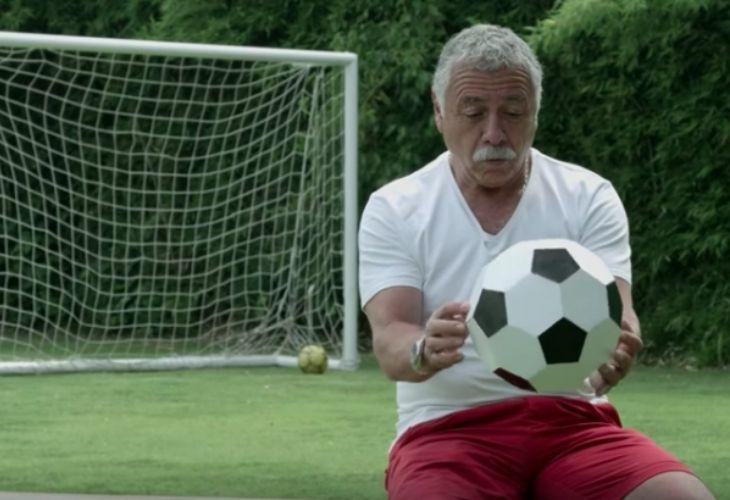 Carlos Caszely con una pelota
