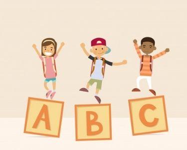 La ilustración se ven a niños sobre letras en forma de cubos