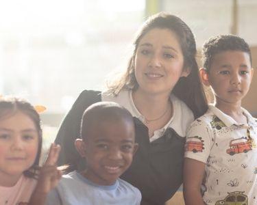 Imagen del video de Elige Educar que se titula: Empieza el cambio. En la foto se ve una escena del video, donde está la educadora con varios niños, jugando en el jardín infantil-. Crédito: Sebastián Utrera
