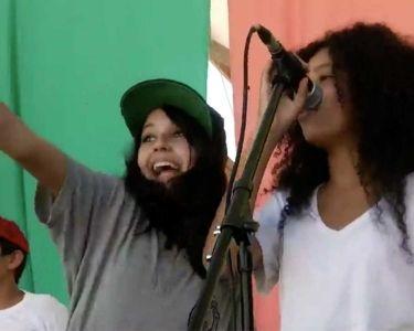 Estudiantes cantando