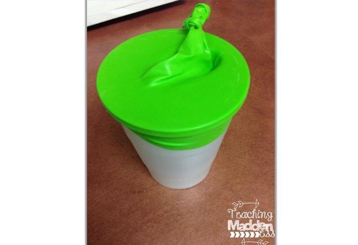 Disparador de malvaviscos hecho con un vaso y globo