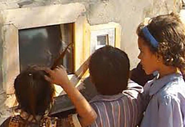 Estudiantes probando un computador