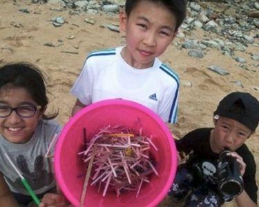 Estudiantes recolectando plástico
