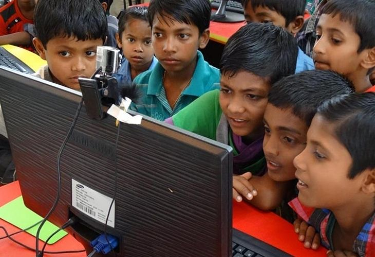 Estudiantes usando computador