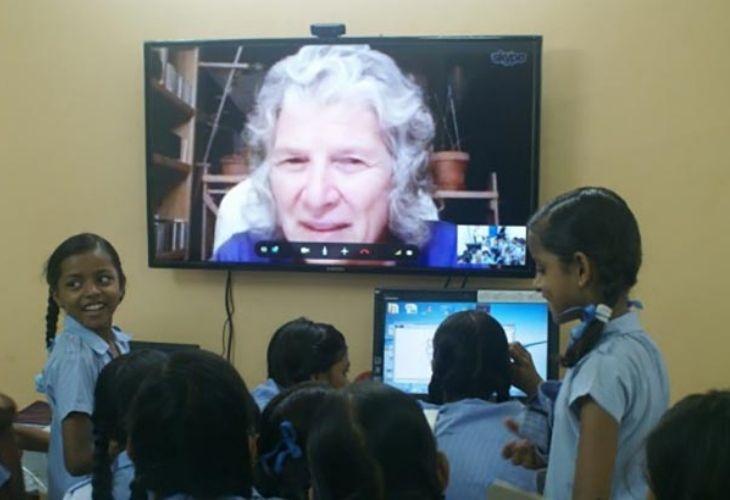 Estudiantes y docentes conversando vía zoom