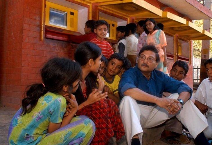 Estudiantes y docentes conversando