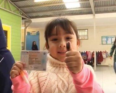 Foto de niña votando
