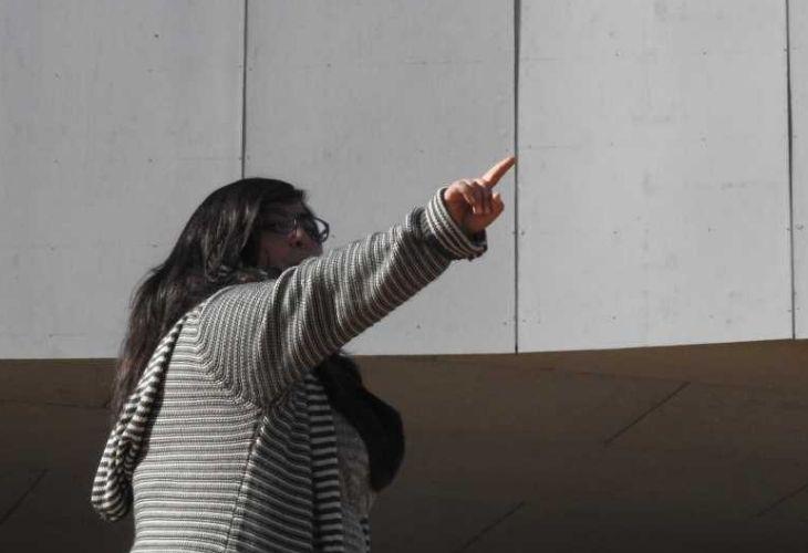 Fotografía de docente explicando el patio vivo del colegio Ayelén.