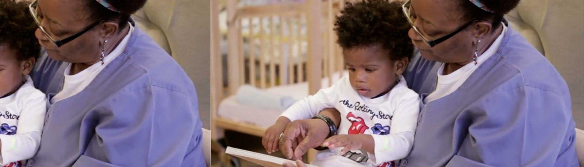 Fotografía de docente leyendo con niño
