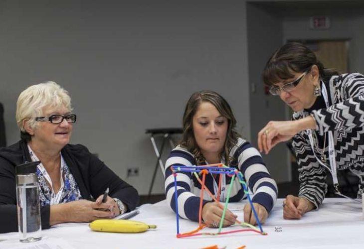 Fotografía de docentes llevando a cabo la experiencias con bombillas