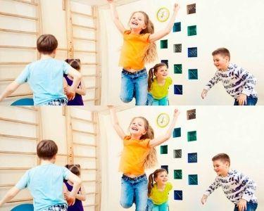 Fotografía de estudiantes saltando en la sala