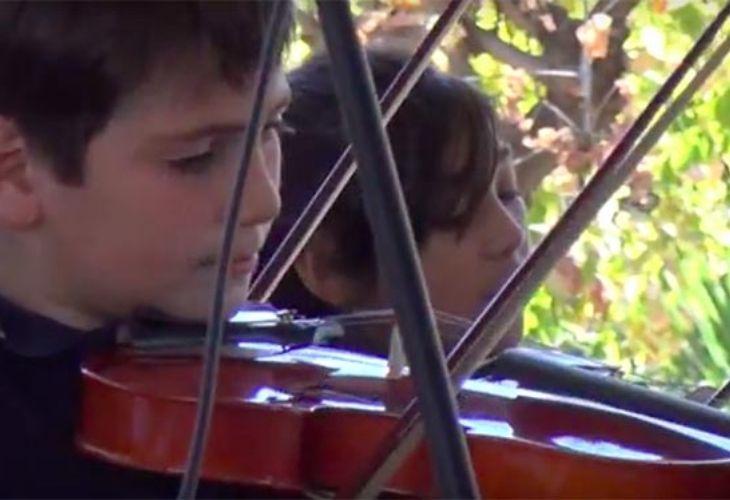 Fotografía de estudiantes tocando el violín
