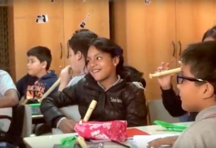 Fotografía de estudiantes tocando la flauta