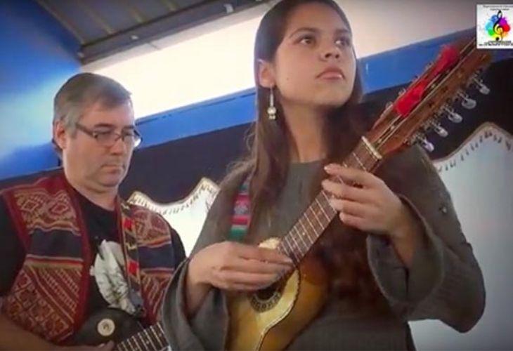 Fotografía de estudiantes tocando un instrumento