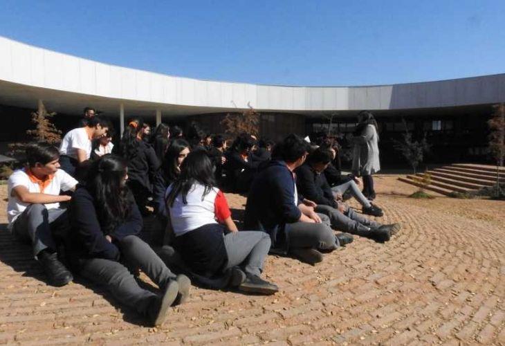 Fotografía de los estudiantes conociendo el patio vivo del colegio Ayelén.