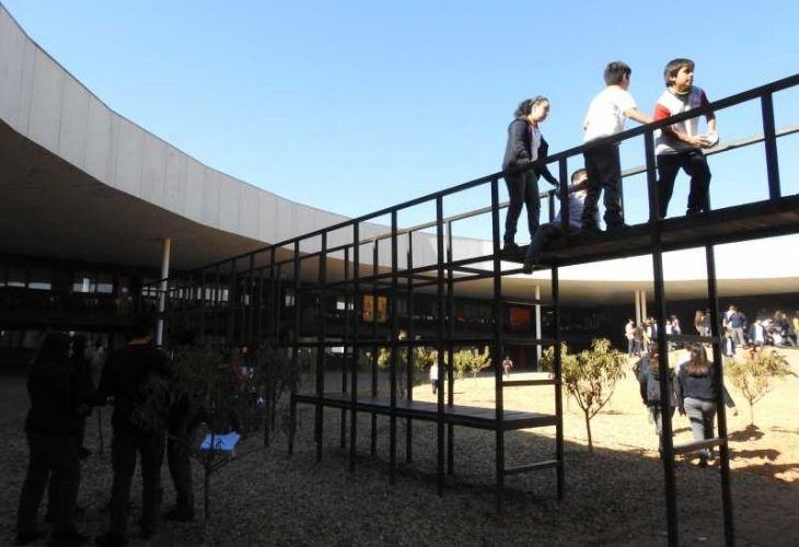 Fotografía de los estudiantes en el patio vivo del colegio Ayelén.