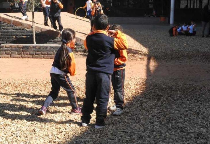 Fotografía de los estudiantes jugando en el patio vivo del colegio Ayelén.