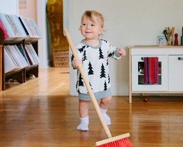 Fotografía de una niña haciendo quehaceres del hogar