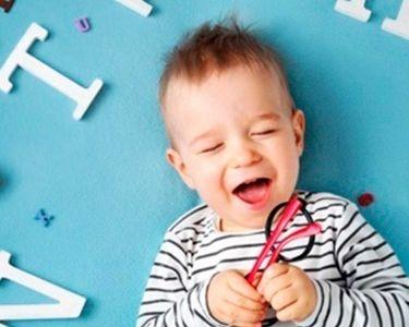 Fotografía niño de meses con lentes en la mano