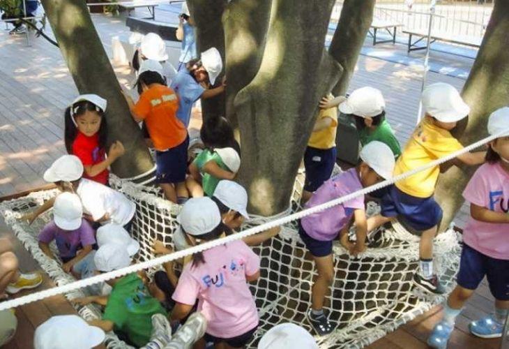 Fuji Kindergarten y niños en sus instalaciones