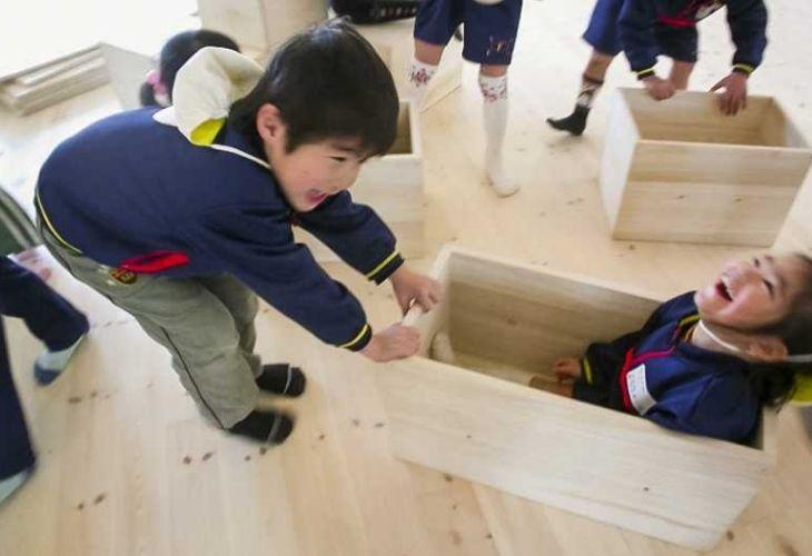 Fuji Kindergarten y niños jugando en sus instalaciones