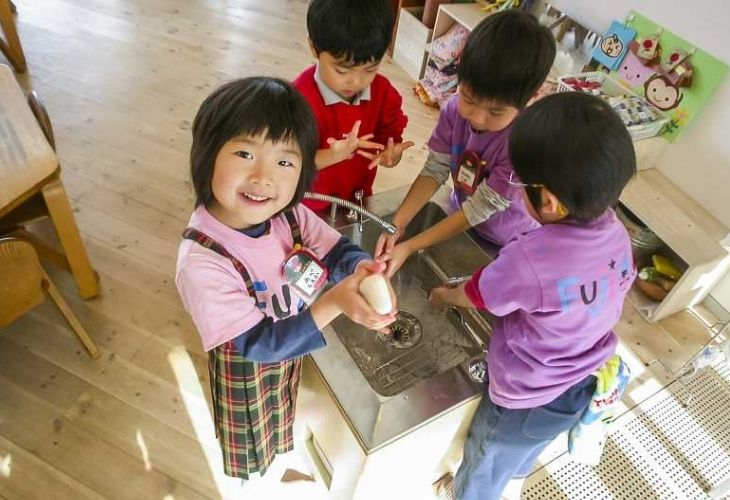 Fuji Kindergarten y niños(as)jugando en sus instalaciones