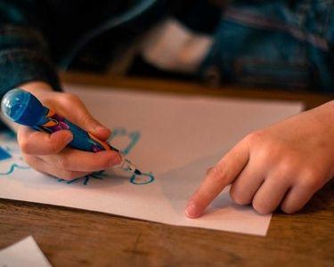 Ilustración de niñx representando el espacio a través de dibujos