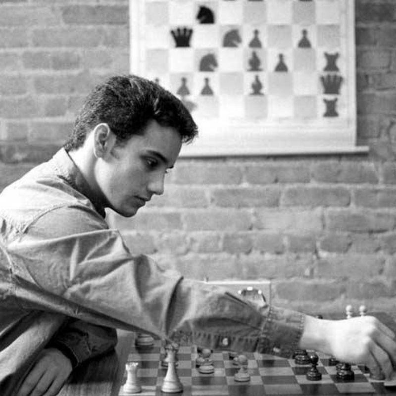 """Fotografía en blanco y negro del campeón de ajedrez y autor del libro """"El arte de aprender"""""""
