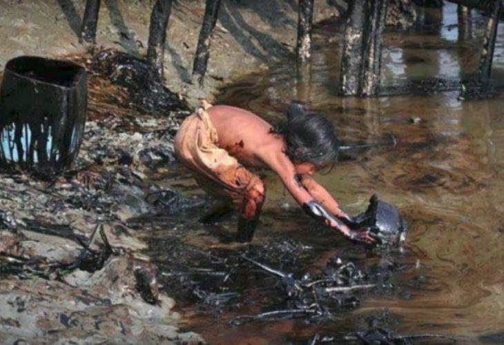 Niño-a, sacando agua sucia