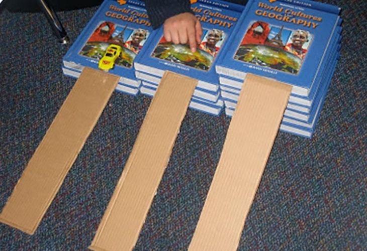 Pistas de autos hechas con libros y cartón