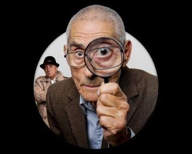 Sergio, el agente topo, con una lupa en la mano mientras investiga