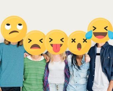 Foto en la que aparecen los rostros de varios estudiantes, mostrando emojis que reflejan el impacto de la pandemia en los estudiantes