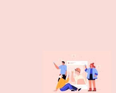 Tres estudiantes alrededor de una publicación de Instagram y todos con celulares en mano. Crédito: Freepik.
