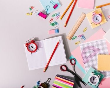 En la imagen se ven diversos cuadernos y lápices utilizados para hacer un studygram
