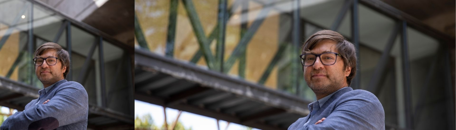 Fotografía del decano de Educación UC, Alejandro Carrasco. En la imagen se encuentra la Facultad de Educación y mirando a la cámara de medio lado