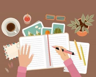 En la imagen se ve la mano de una mujer posada sobre un cuaderno abierto sobre un escritorio