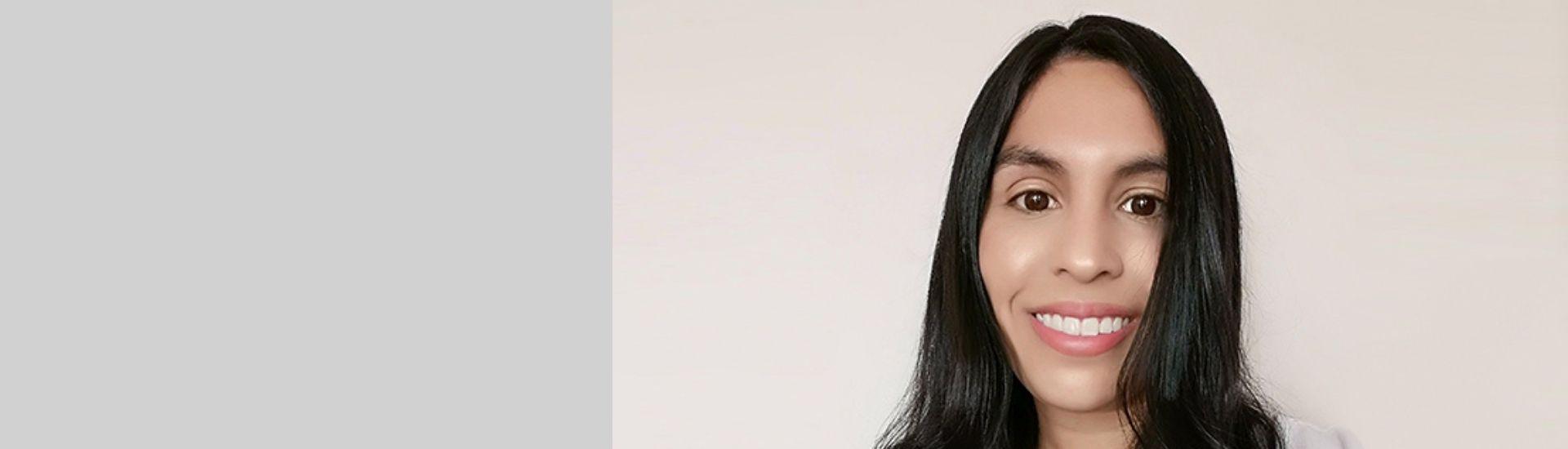 Retrato de Gariela Villaroel, estudiante de Pedagogía en Inglés que es abogada y decidió seguir su vocación