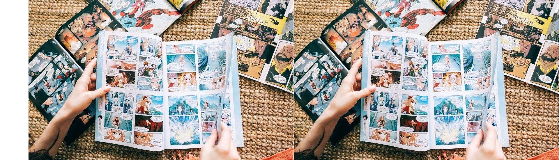 Fotografía de las manos de una mujer con varios libros de manga en sus manos, sobre una alfombra