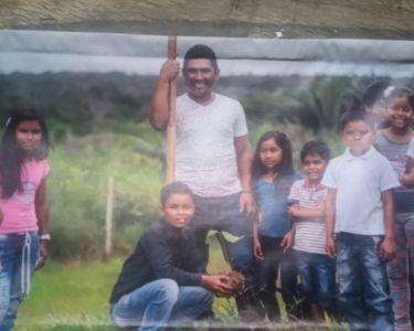 En la imagen se ve al profesor Jose, de Colombia, relacionando a sus estudiantes con la identidad cultural de su tierra.
