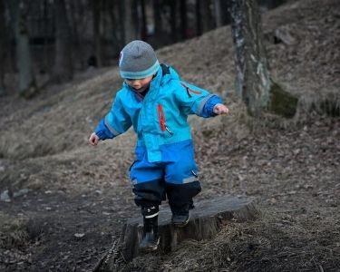 Un proyecto de una escuela de Dinamarca, parte de Escuelas por el Mundo. Se ve un niño divirtiéndose en un bosque.