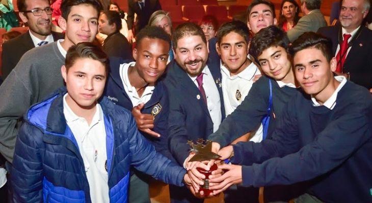 Imagen del profesor Eduardo junto a sus estudiantes al ganar el Global Teacher Prize Chile