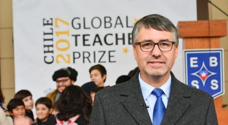 Imagen donde se ve al profesor rural Eligio Salamanca, al fondo se encuentra el logo del Global Teacher Prize Chile